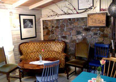 Et rom med sofa, stoler og bord.